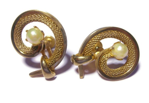 Mesh swirl earrings, gold tone earrings encasing a faux pearl signed Star, screw back.