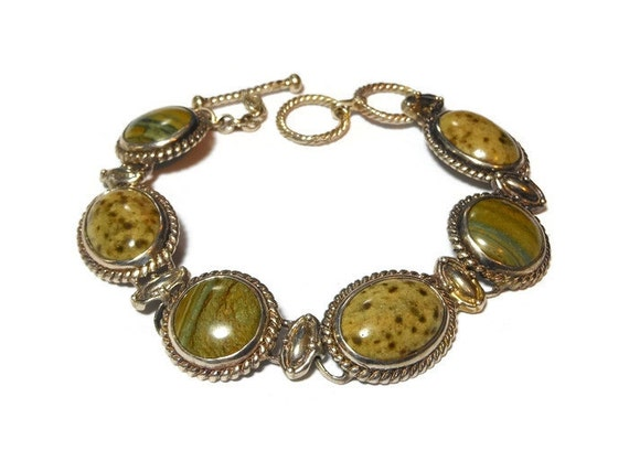 Green stone bracelet, natural stone probably jasper or agate, rope frame striated cabochons with mottled ones via links