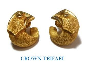 Crown Trifari belt clip earrings, belt buckle earrings 1950s 1960s  Mad Men, gold plated