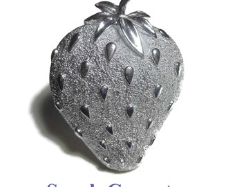 Sarah Coventry strawberry brooch, 'Strawberry Ice' 1968, textured and matte, great details!