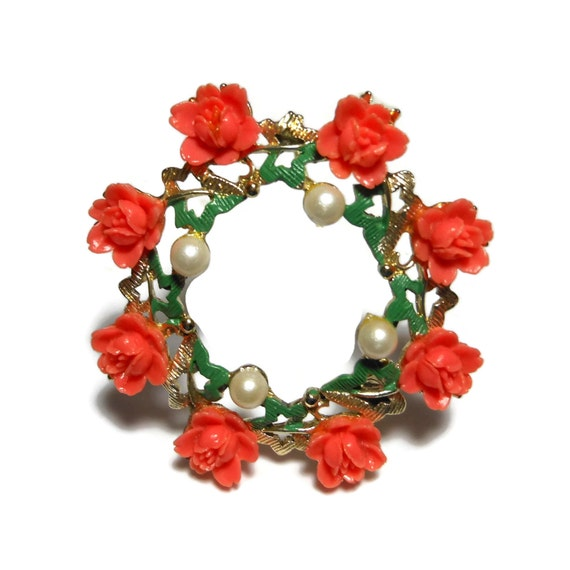 Coral rose circle brooch, roses and pearls form wreath pin, faux pearls rim the inside, green enamel leaves, delicate pretty