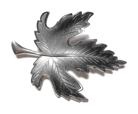 Maple leaf brooch, ombre grey to black, great vein work