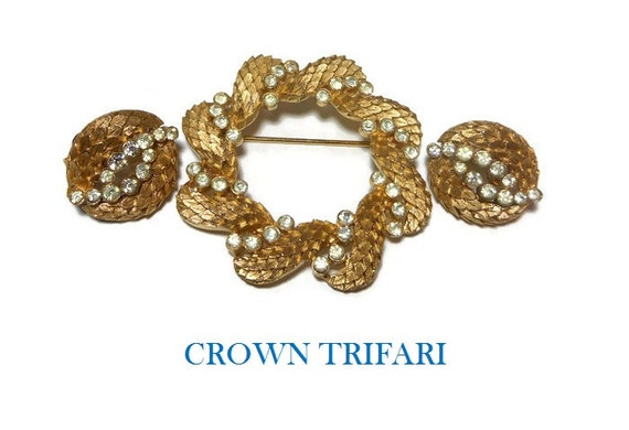 "Crown Trifari brooch earrings, wreath circle brooch, 1963 ""L'Aiglon"" gold plated wreath circle brooch with rhinestones and matching earrings"