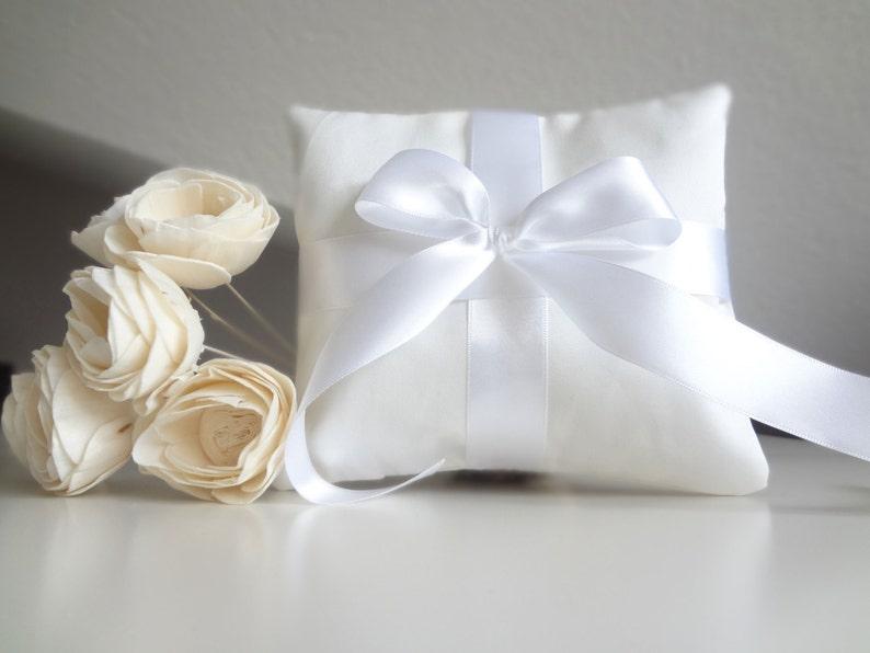 Cuscino Portafedi Bianco E Blu.Cuscino Portafedi Bianco Con Nastri E Fiocco In Raso Porta Fedi Classico Ed Elegante Porta Anelli Bianco Con Fiocco
