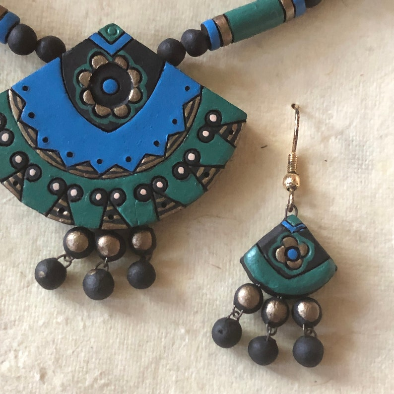 Peacock Jewel Tones Ethnic Jewelry Boxed Set Vintage Boho 1970/'s Clay Fan Earring /& Necklace Set