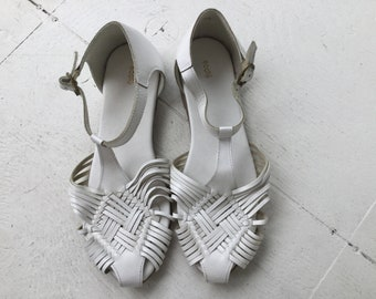 a69c8f1e94e8d 90s white leather sandals 7.5   vintage braided t strap flats summer shoes
