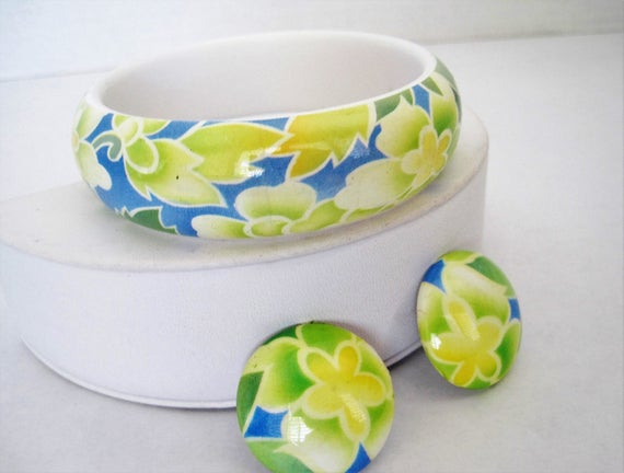 Hawaiian Floral  Bangle Earrings,  Yellow Blue White, Vintage Plastic Bracelet