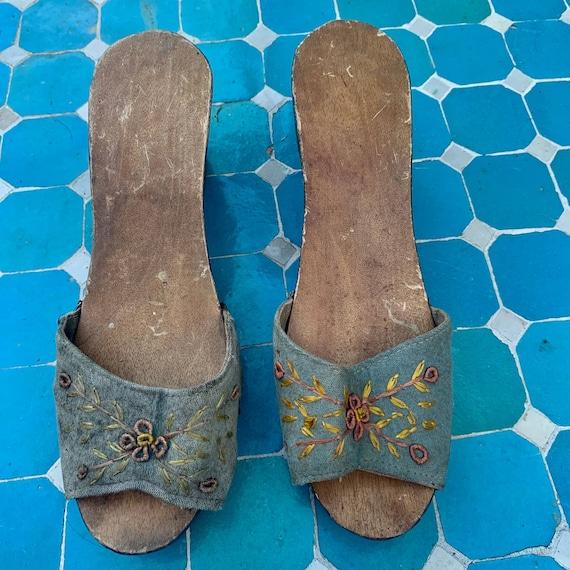 40's CARVED PAINTED Wood SLIDES Sandals - image 3