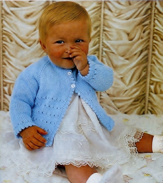 Baby Knitting Pattern in DK manteau d/'hiver filles Baby Cardigan. béret MATINEE