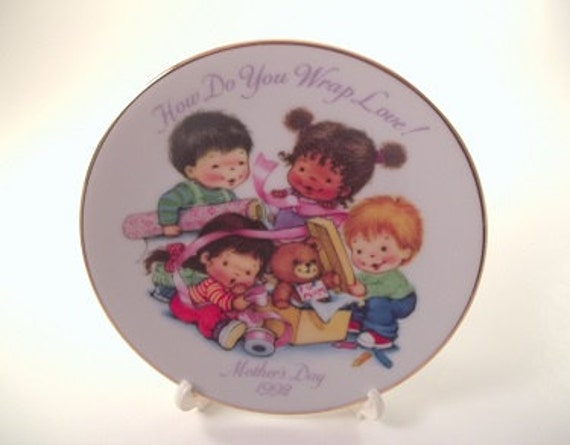 1992 Avon Mothers Plate Cherished Moments Children Wrapping a Present for Mom