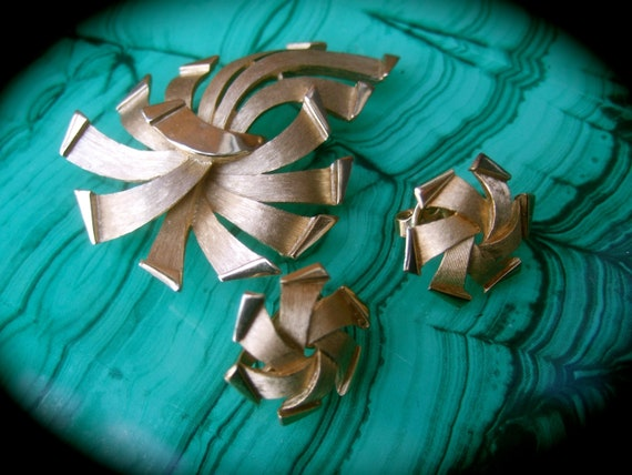 Elegant Gilt Metal Tassel Wreath Brooch c 1970
