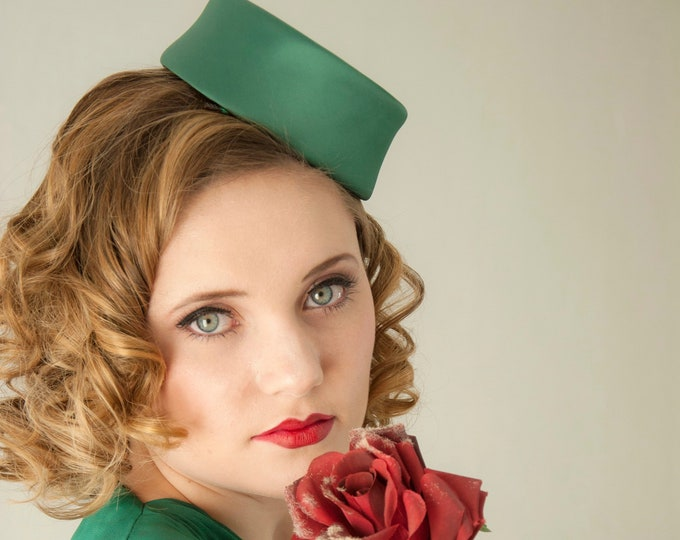 Vintage green satin fascinator hat, forest formal headpiece, small mini pillbox 1940s 1950s pin-up