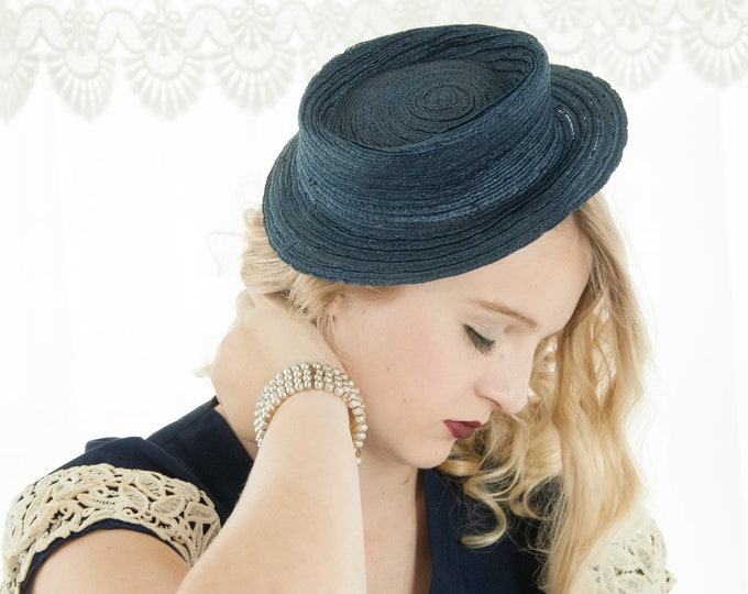 Vintage 1940s navy hat, woven small blue brimmed fascinator mini formal pin-up