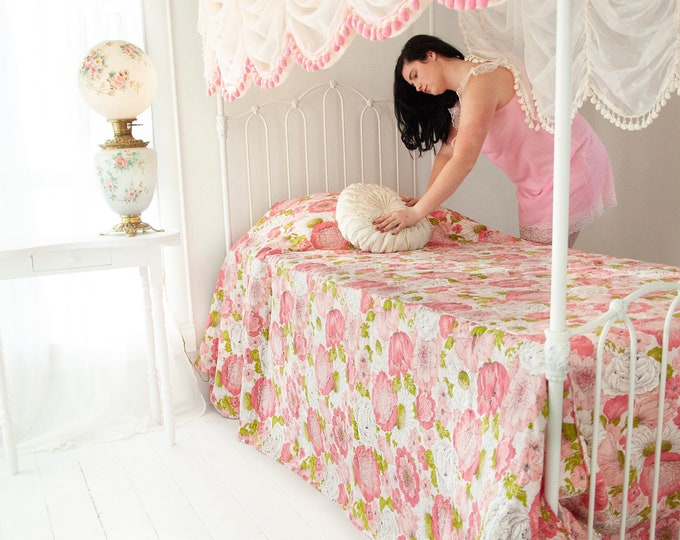 Vintage pink floral bedspread, quilted full double blanket white green bedding, 1970s girls' feminine shabby chic pin-up boudoir decor