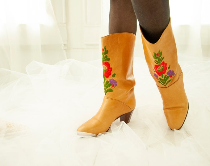 Vintage floral embroidered boots, genuine leather, red purple flowers calf-high tan brown pull-on, short wood heel, 36 6 Italy 1970s Matyo