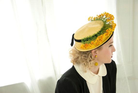 Vintage 1940s yellow floral hat, black velvet brim