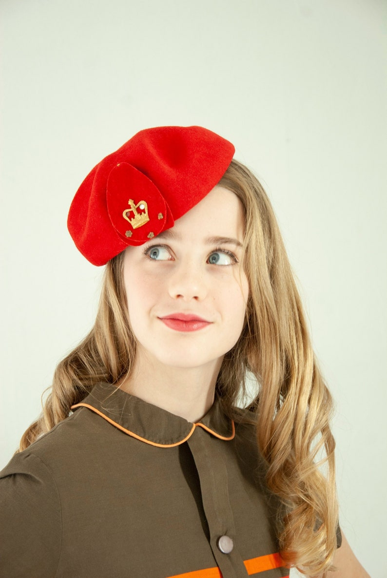 b4d8e88a9a733 Vintage 1940s red wool beret hat gold crown small
