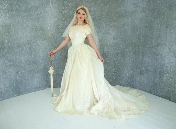 erilaisia muotoiluja tarjouskoodit tukkukaupassa Vintage 1950s ivory wedding gown, large bustle, short sleeve taffeta dress,  unique train, Victorian cream illusion lace fit flare S