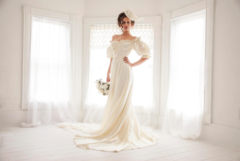 Jahrgang Elfenbein satin Brautkleid Carmen-Ausschnitt kurze
