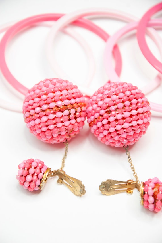 Vintage 1960s pink jewelry set, ball dangle clip-… - image 4