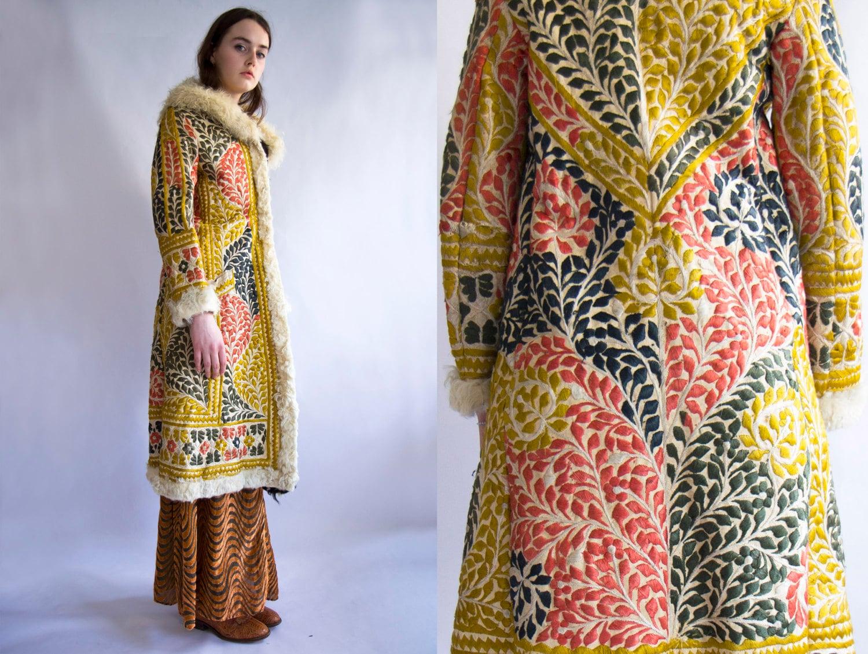 91d16d918a71 Afghan long manteau brodé de 60   s 70   s hippie ère   Etsy
