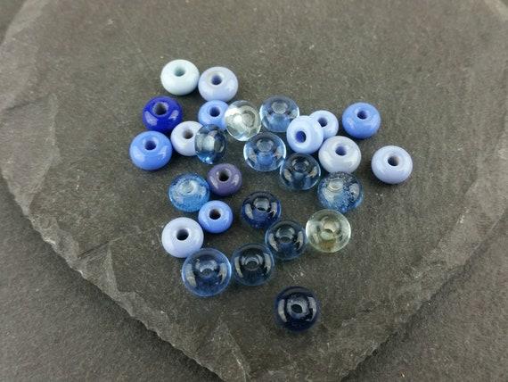 25 assorties bleu teeny minuscules perles de verre   Verre de Murano fait à la main.