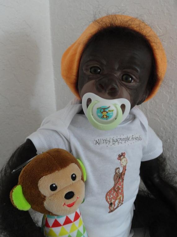 Radicato Reborn Brown Eyed Bindi Monkey Scimmia Scimpanzè Baby Gorilla /& Gratis Borsa Regalo!.