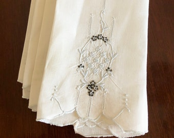 Set of 4 vintage embroidered linen dinner napkins // Bridal // Dainty