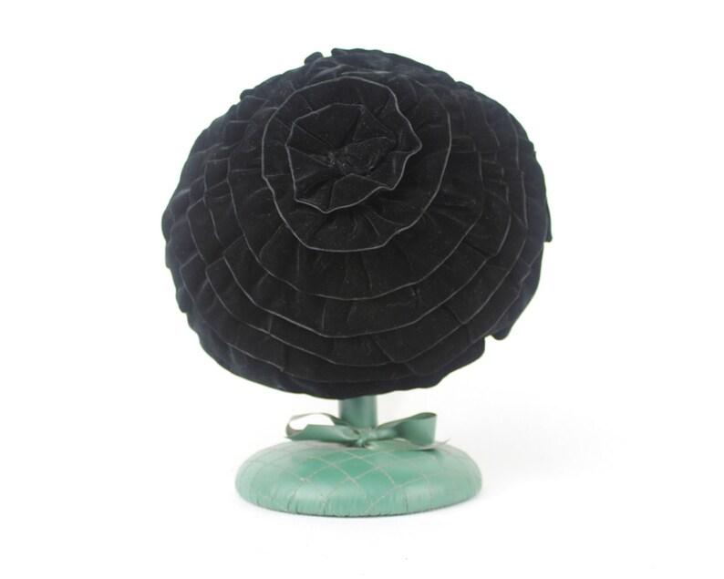 pillbox PARISIAN CHIC tiered beret 1950s black velvet spiral cocktail hat spiraled ruffles nautilus 1960s fascinator