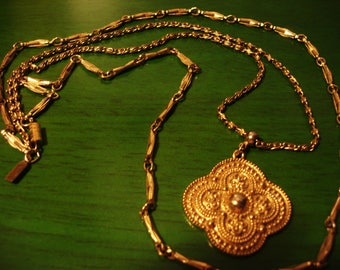 Boho 1990s Chic Gold Round Pendant Necklace with Gold Tone Chains