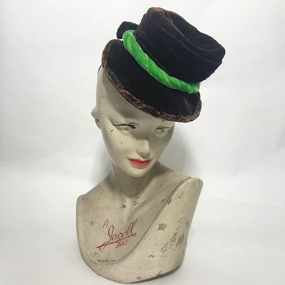 1940s tilt hat, brown velvet topper with green ve… - image 2