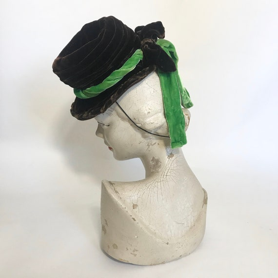 1940s tilt hat, brown velvet topper with green ve… - image 5