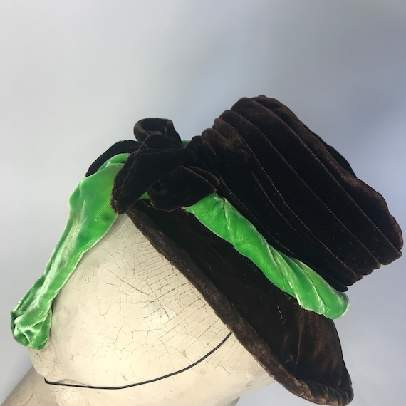 1940s tilt hat, brown velvet topper with green ve… - image 8
