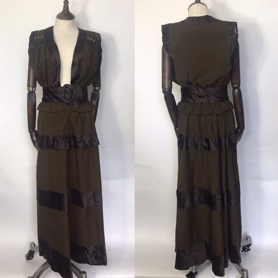 1910s dress in the pinnafore style