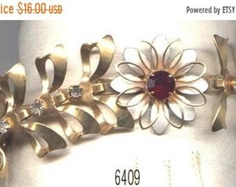 ON  SALE Vintage Bracelet White Flower Red Center  Item: 06409