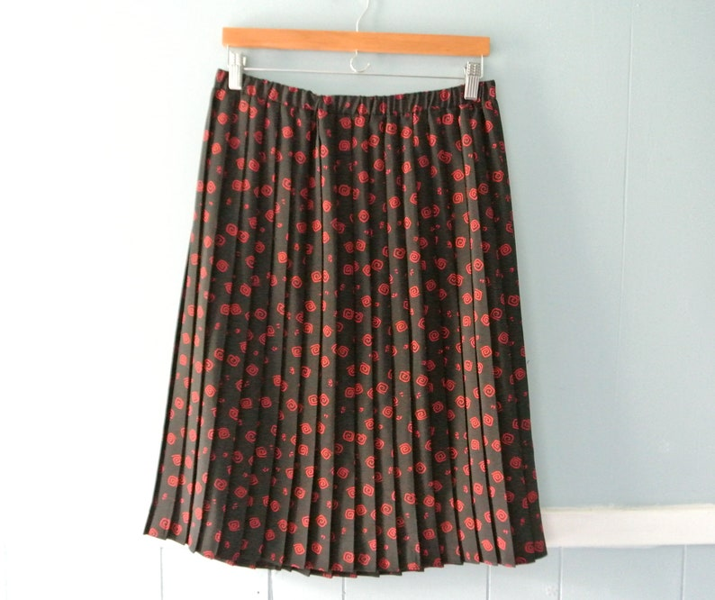 bdf4241d00180 Vintage Accordion pleated skirt in black and red   Geometric