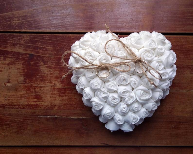 Cuscino Portafedi A Cuore.Cuore Portafedi Con Rose Bianche Di Stoffa Matrimonio Etsy