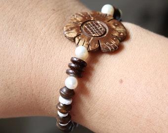 Flower Bracelet, Coconut Shell Flower, Beaded Stretch Bracelet, Beach Jewelry, Natural Sustainable, Surfer, Boho Chic, Pearl, Puka Shell