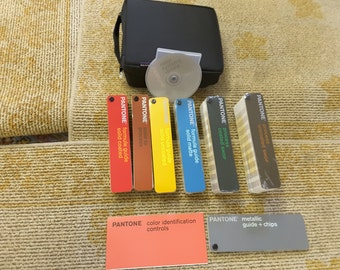Pantone color system kit with update for Mac. Fan decks, disc and case, excellent condition!