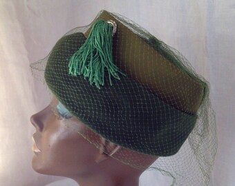 Vintage 1950s Forest GREEN deep brim PILLBOX hat w/ TASSEL + Veil olive green satin band Rhinestone ring Deluxe Velour felt St Patricks Day