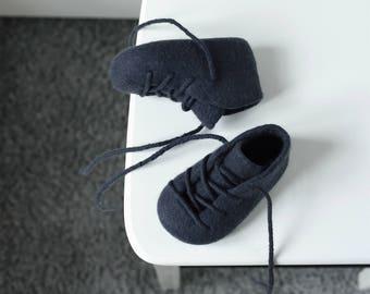 Unisex graphite black baby booties - Halloween baby booties - Toner black felted crib shoes - Merino wool baby gift - Pure wool crib shoes