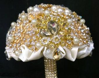 BROOCH BOUQUET GOLD. crystal wedding bouquet, jeweled bouquet. Quinceanera keepsake . Bridal bouquet, jewelled bouquet.