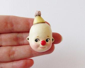 Kewpie Clown broche - poupée Paperclay Face Pin