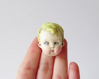 Antique Doll Pin - broche garçon aux cheveux verts