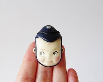 Broche poupée Kewpie policier