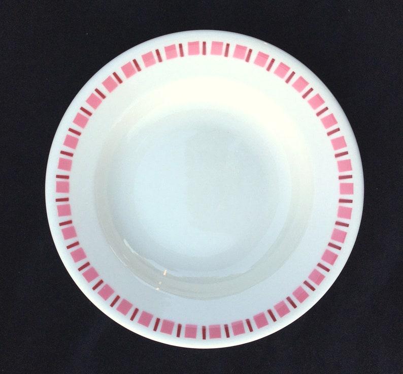 Ensemble de 4 Buffalo China Diner Hotel Restaurant 8-7/8» Rose et Maroon Géométrique sur White Rimmed Soup Bowls Excellent Unused Condition 1960s
