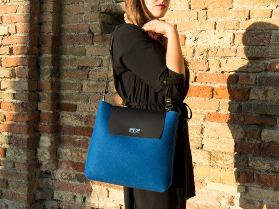 Felt and leather FLAP BAG with leather strap / blue bag / felt tote bag / wool felt / vegetable tanned leather / made in Italy