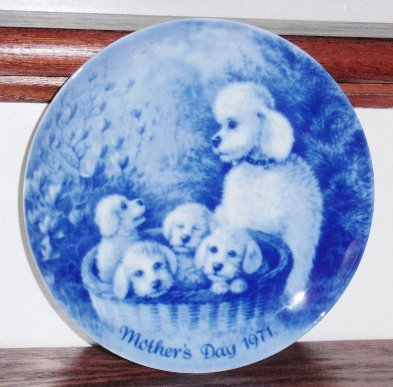 BERLIN PLATE GERMANY 1971 Porcelain China Collector Blue White German  Mothers Day Poodle Dogs Puppies Glass 7 1/2