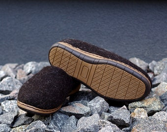 Felt wool outdoor shoes in dark brown with flexible rubber soles