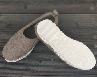 Sporty flexible sole felted shoes for women in cappuccino wool